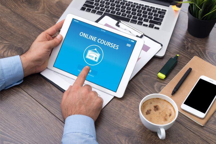 ordenador , ipad y café, cursos online